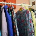 Как быстро освежить ношенную одежду без стирки