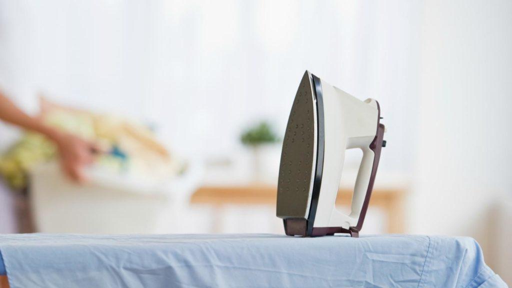 Чем можно быстро очистить подошву утюга в домашних условиях