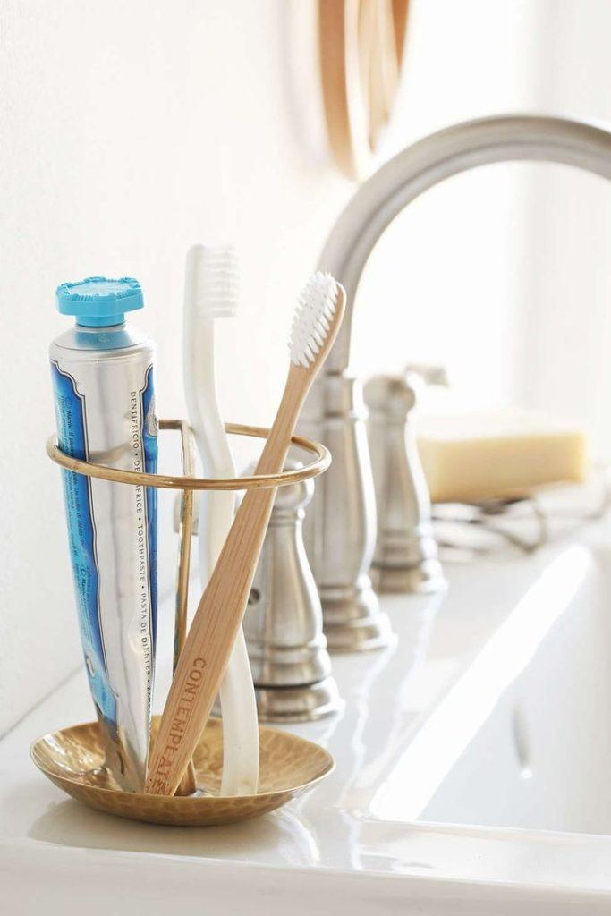 Как нужно хранить и ухаживать за зубной щеткой