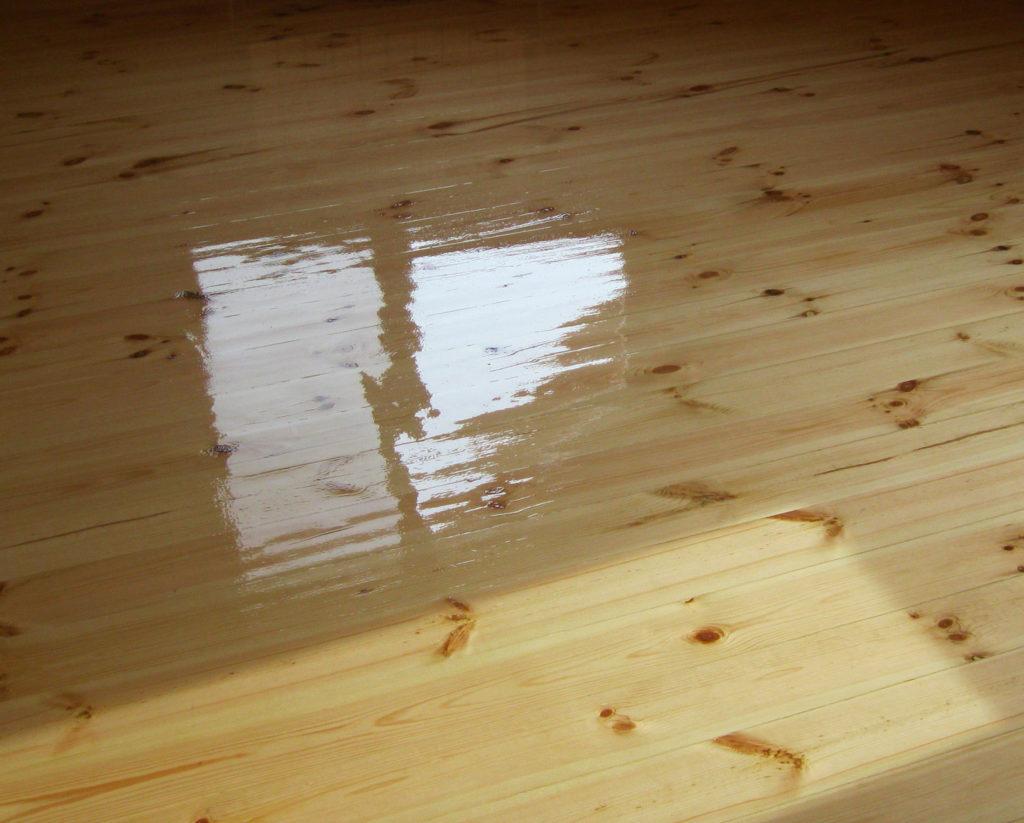 Зачем необходимо обрабатывать деревянный паркет лаком