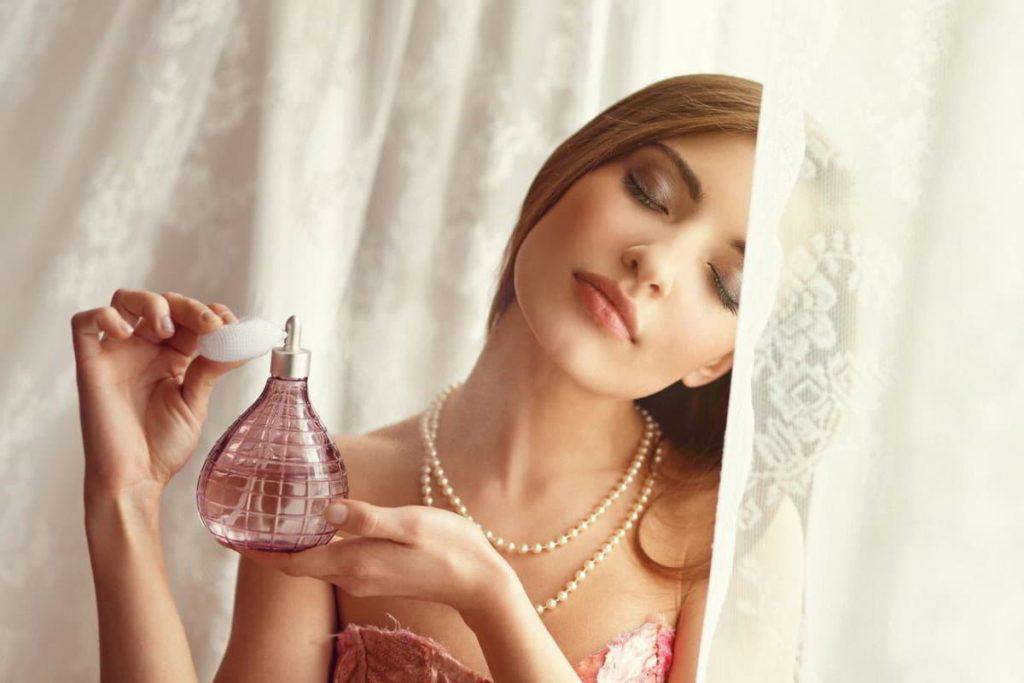 Как избавиться от запаха духов с одежды